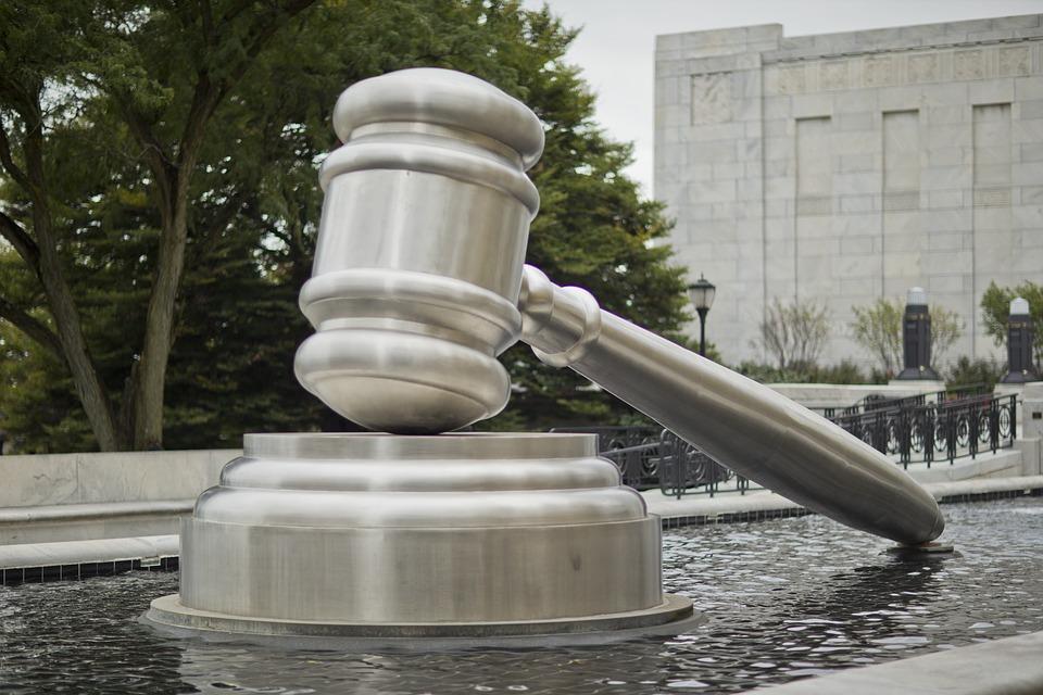 El Ts legitima al que asume el pago de  la plusvalía municipal en virtud de pacto o convenio, pueda  interponer el recurso de reposición  en materia de tributos locales